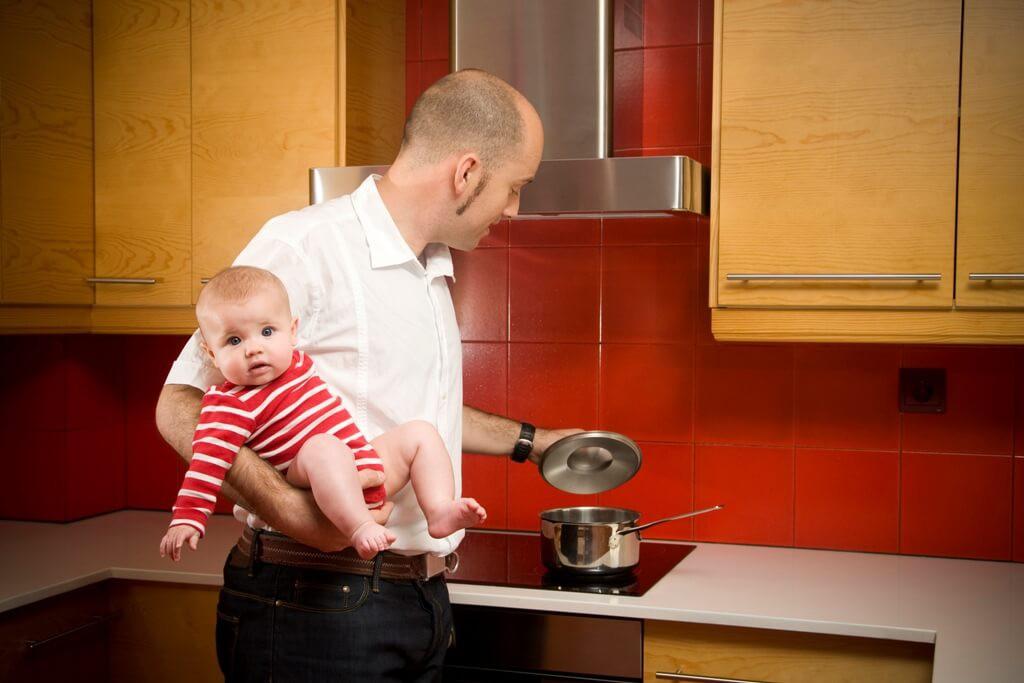 Vater kocht mit Baby