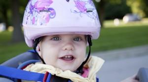 Baby im Fahrradsitz mit Helm
