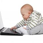 Baby tippt auf dem Laptop