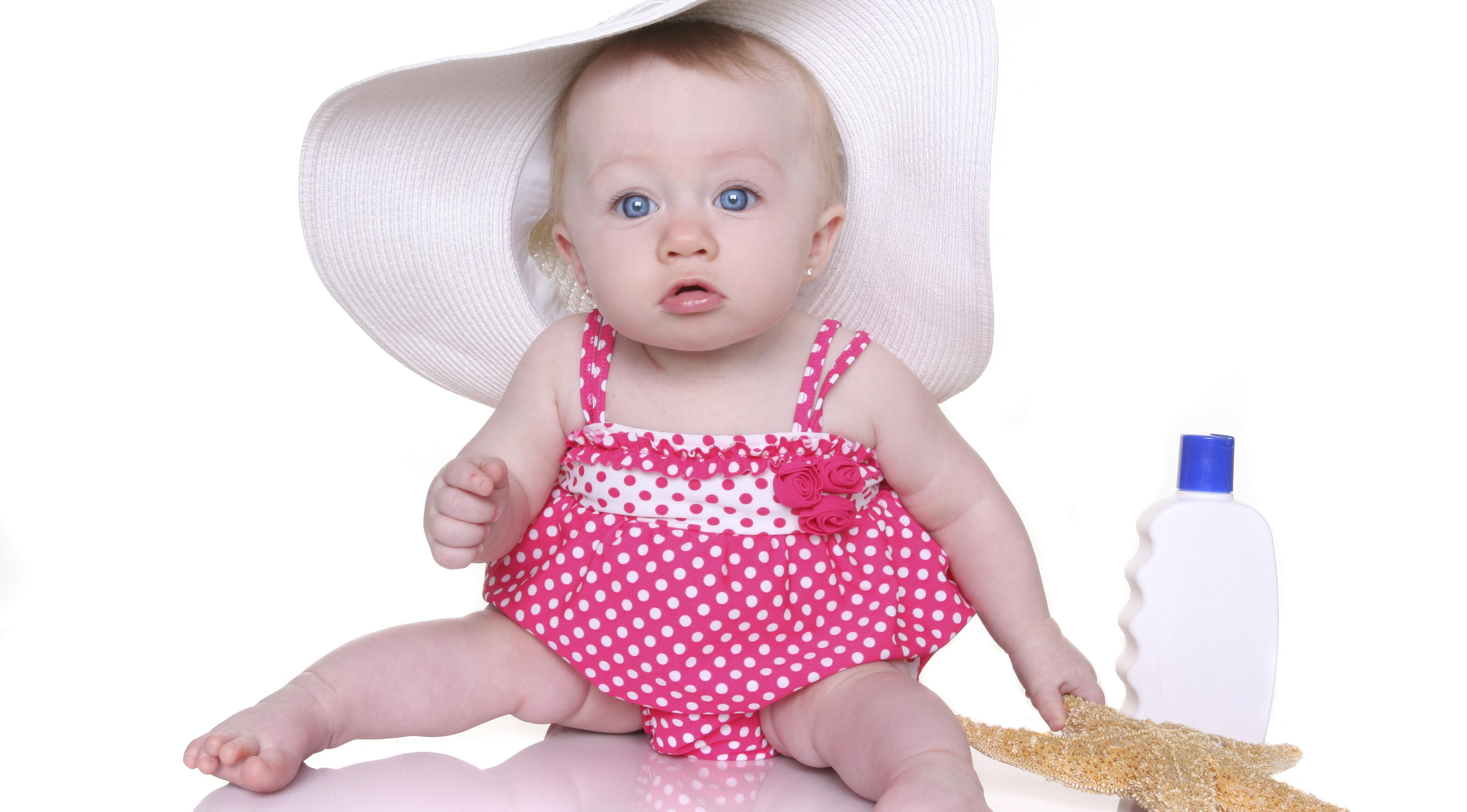 Baby mit riesigem Sonnenhut und rosa Badeanzug2