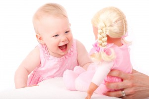 Baby freut sich über Puppe