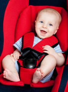 Baby im Autositz Rot