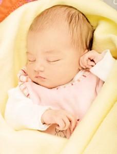 Baby_Neugeboren_schläft