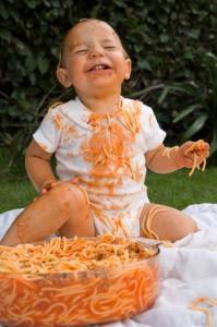 Baby macht Sauerrei beim Essen