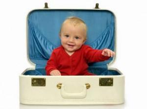 Baby sitzt im Koffer