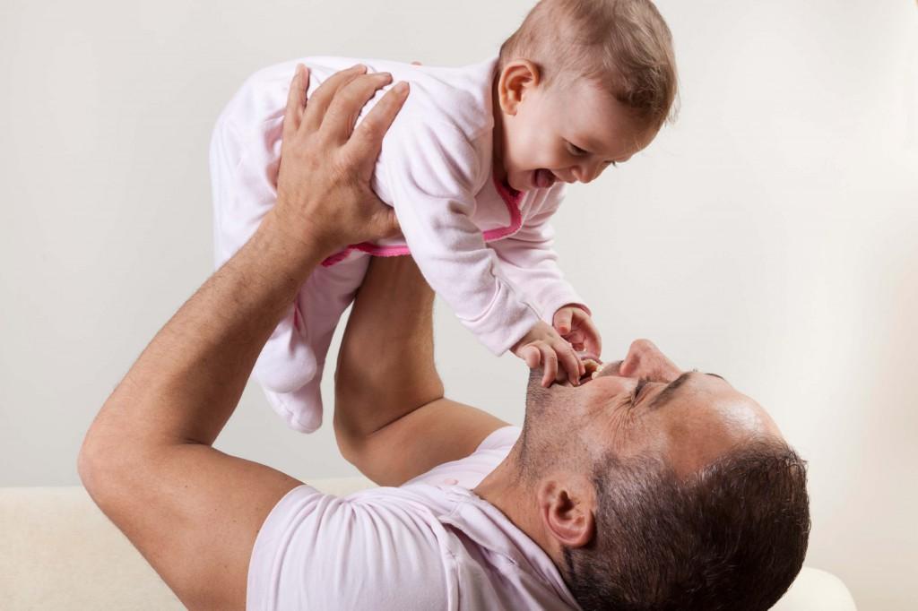 Baby spielt mit Papa