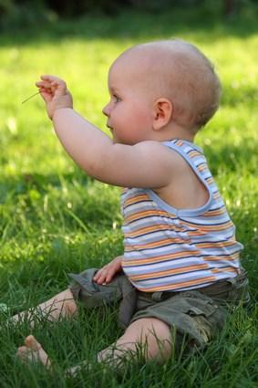 Kind mit Grashalm