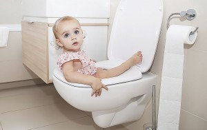 Baby in Toilette Klein
