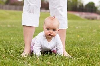 Baby krabbelt durch Beine