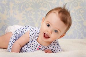 Kind mit Frisur lacht