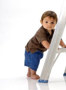 Kind steht an Leiter
