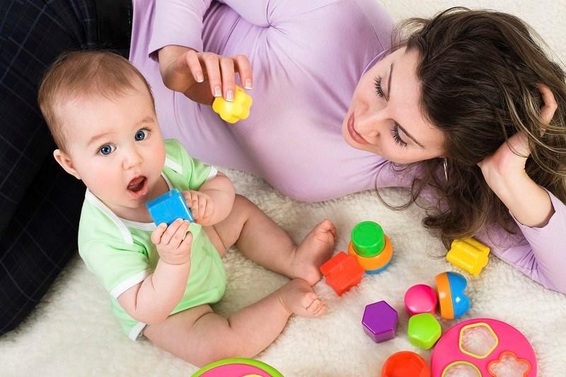 Baby will Spielzeug essen