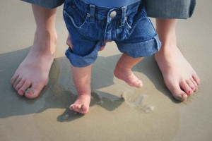 baby barfuß im sand