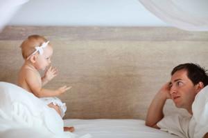 Baby redet mit Mutter