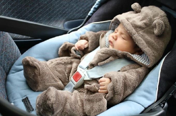 Baby im Teddyanzug