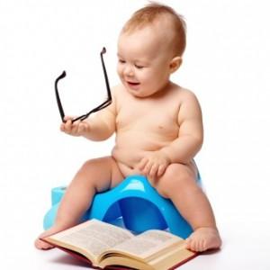 Baby liest auf Töpchen