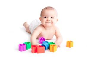 Baby-spielt-mit-Bauklötzen klein