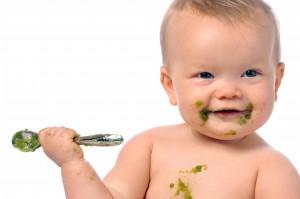 Baby essen grüner Brei Löffel