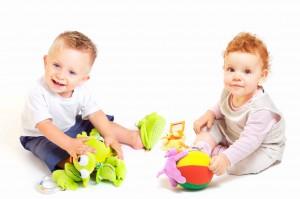 Babies spielen zusammen fröhlich