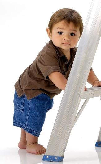 Baby steht an Leiter