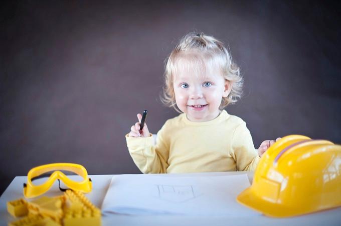 Kind mit Wachsmalern