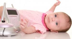 Baby mit Babyphone (1)