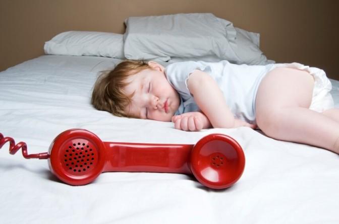 Baby schläft Telefonhörer