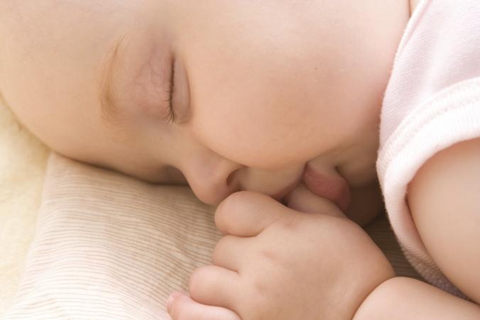 Baby schläf Daumen im Mund