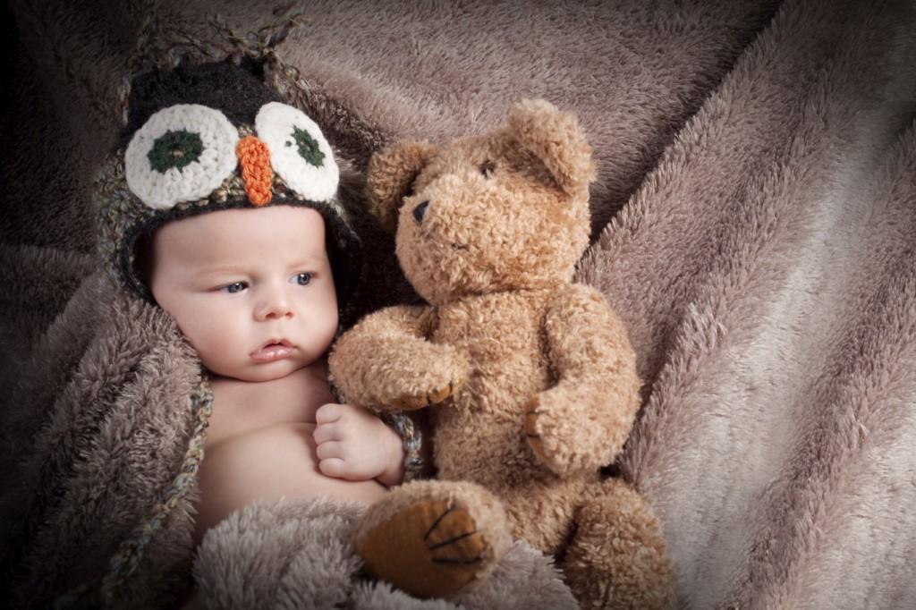 Baby als Eule mit Teddy