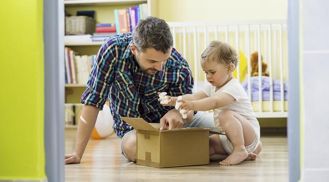 Papa und Kind untersuchen Karton