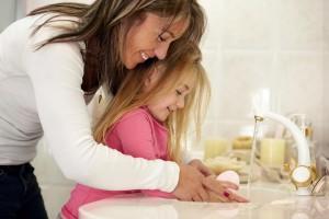 Hände waschen mit Mama