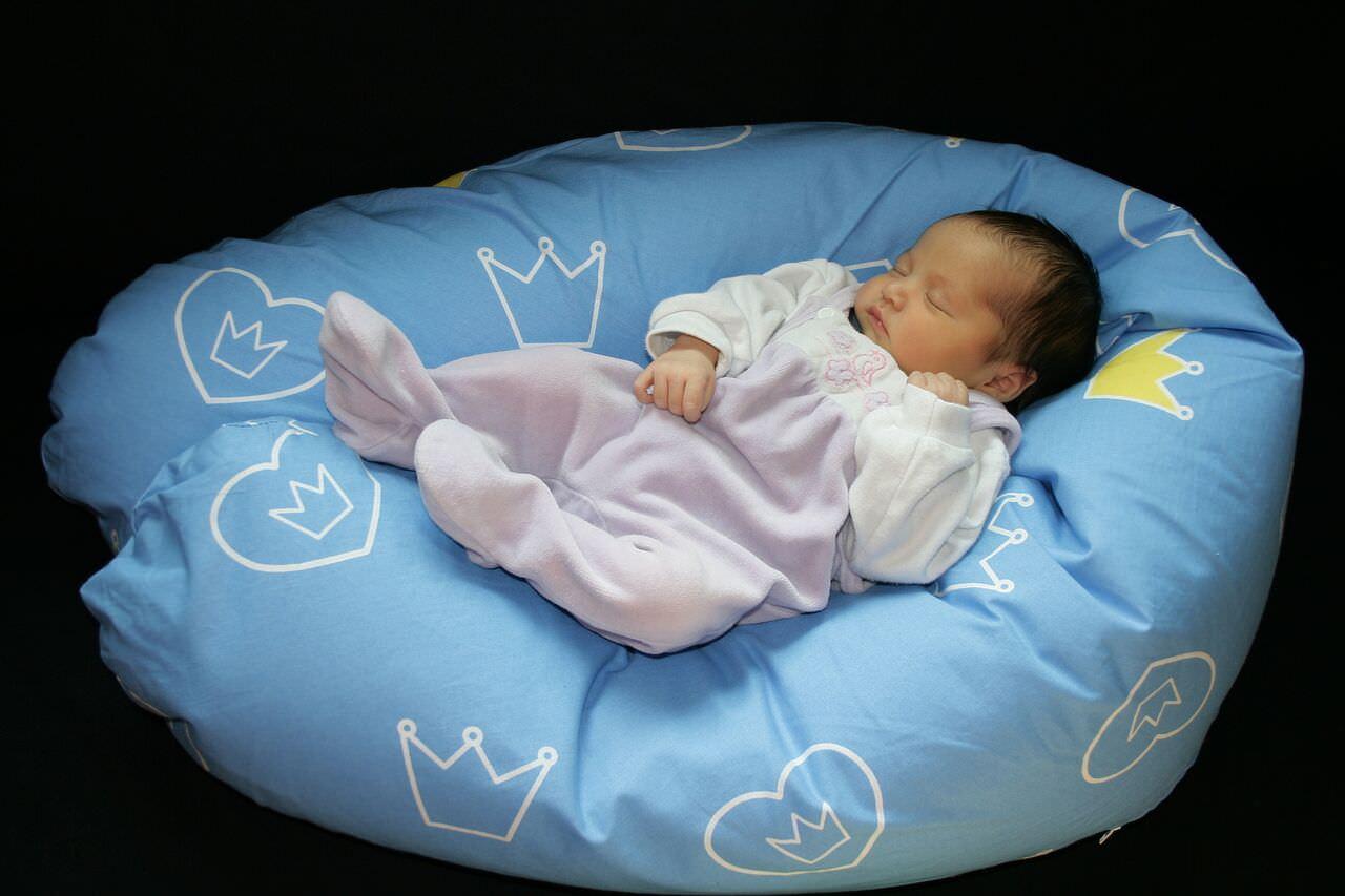 Stillen-Baby auf Stillkissen_mini