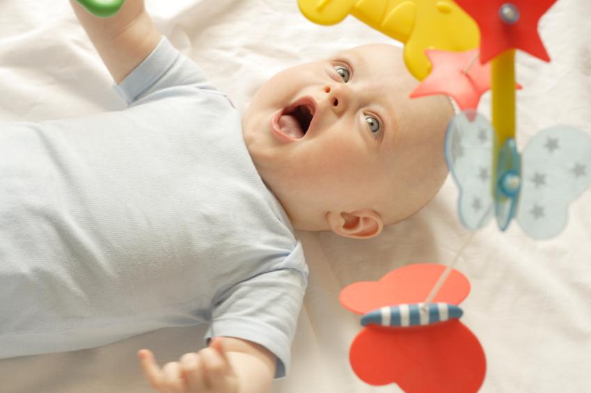 Baby entzückt mit Mobile