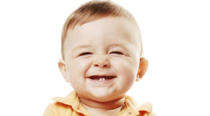 2 Zähne Baby lacht