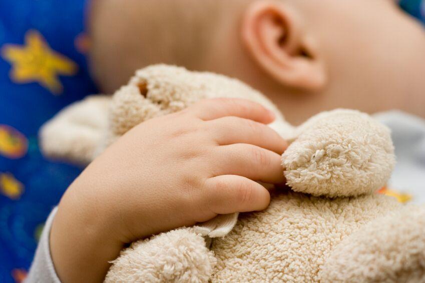 Schlafend mit Teddy