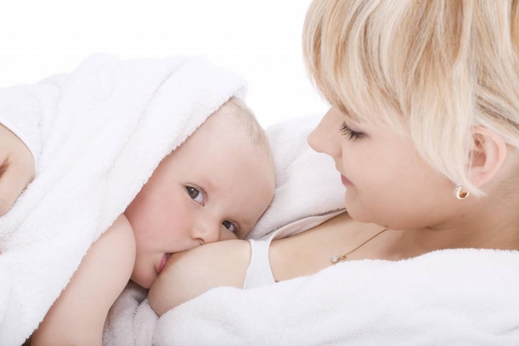 Baby_wird_gestillt_XXL