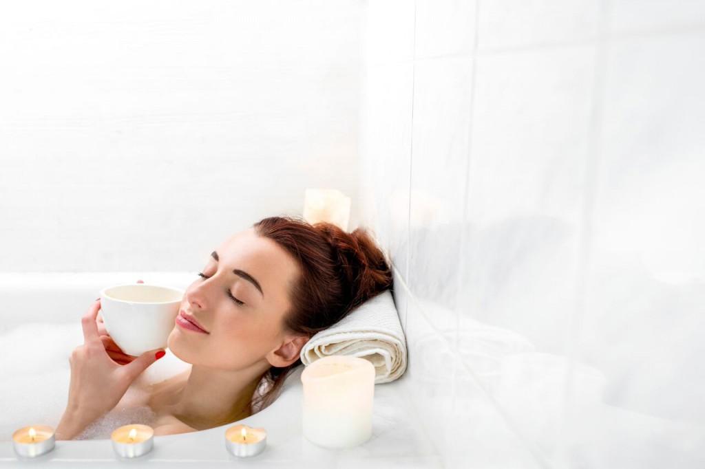 Frau badet