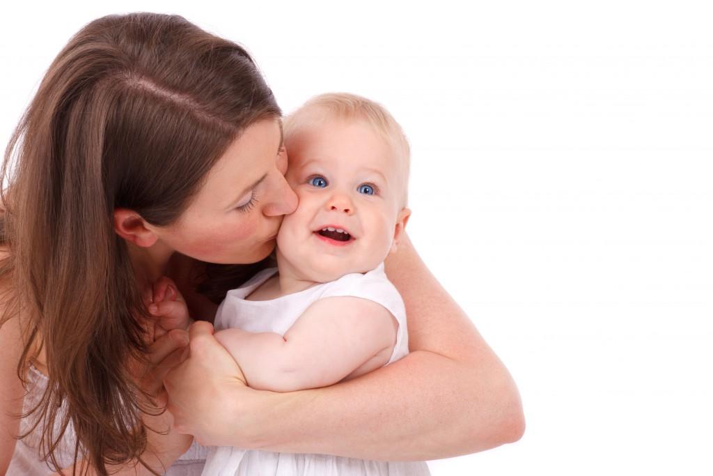 Mama gibt Baby ein Bussi Kopie