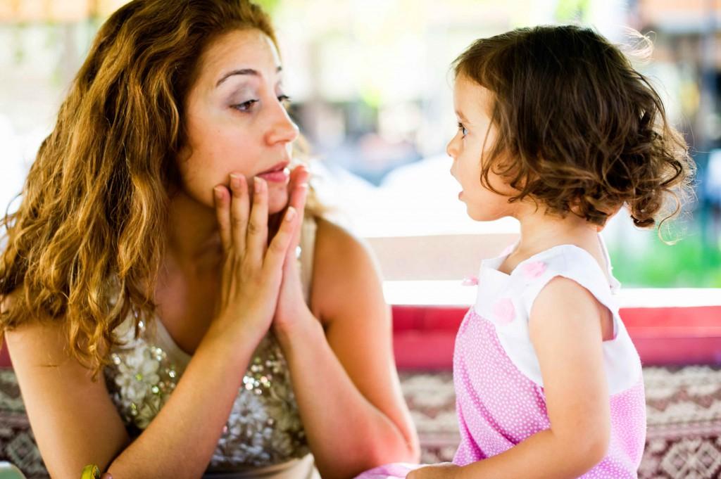 Mutter spricht mit Kind Kopie