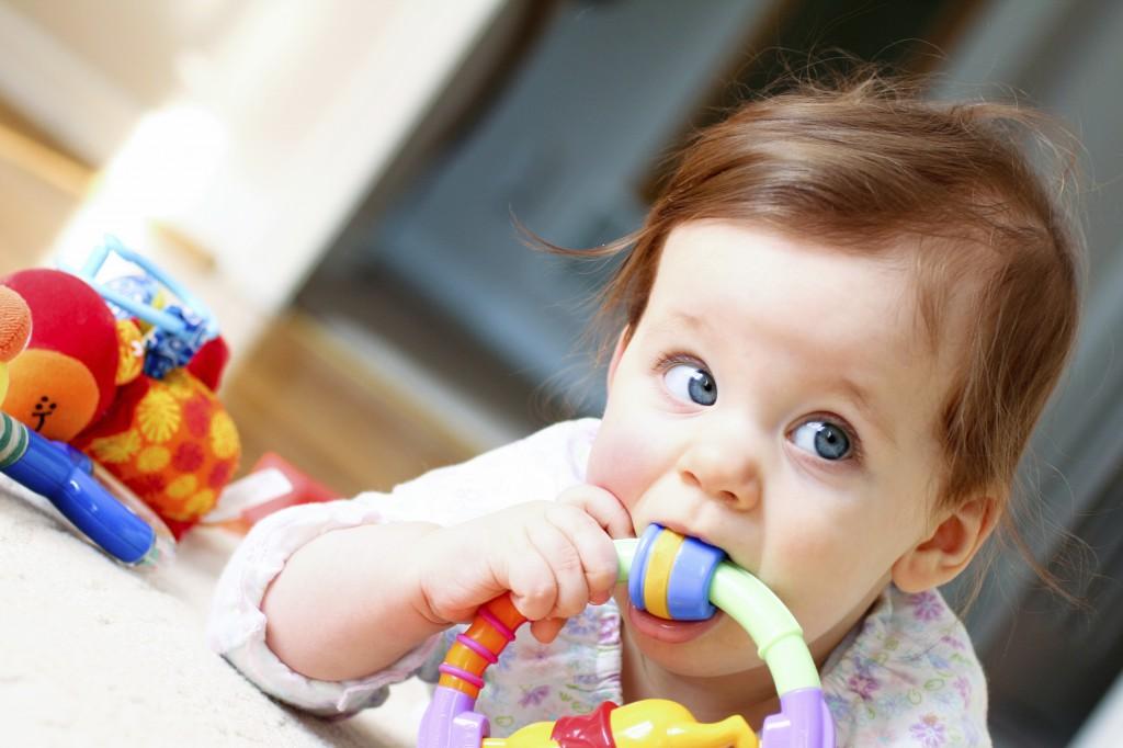 Baby kaut auf Spielzeug Kopie