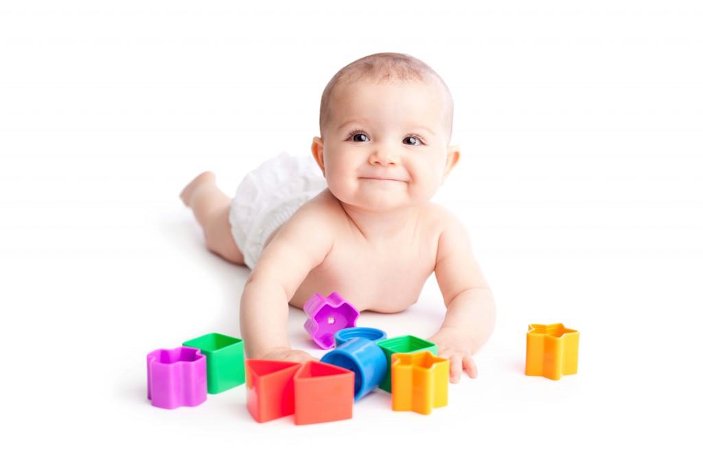 Baby-spielt-mit-Bauklötzen